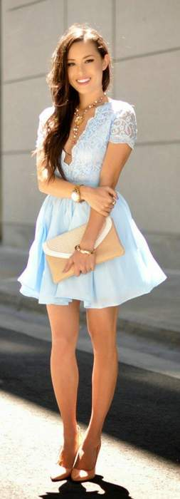 Belle robe bleue pale courte dentelle decollete